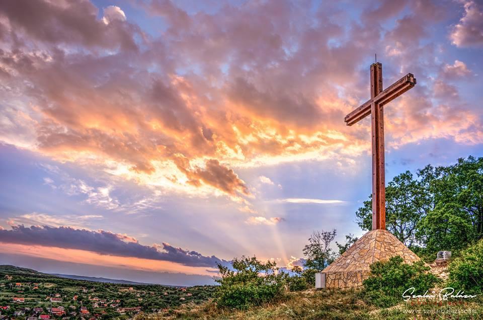 Új megvilágításban tündököl a Tamás-hegyi kereszt Balatonfüreden