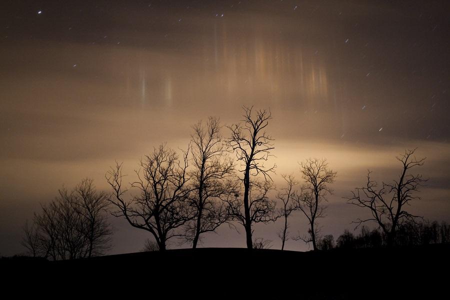 Káprázatos fényoszlopokat fotóztak a Balaton felett