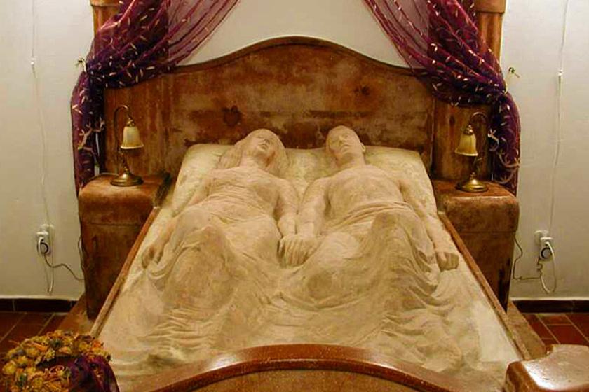 Vérfagyasztó és romantikus egyszerre: Íme a fonyódi Kripta-villa nem mindennapi története